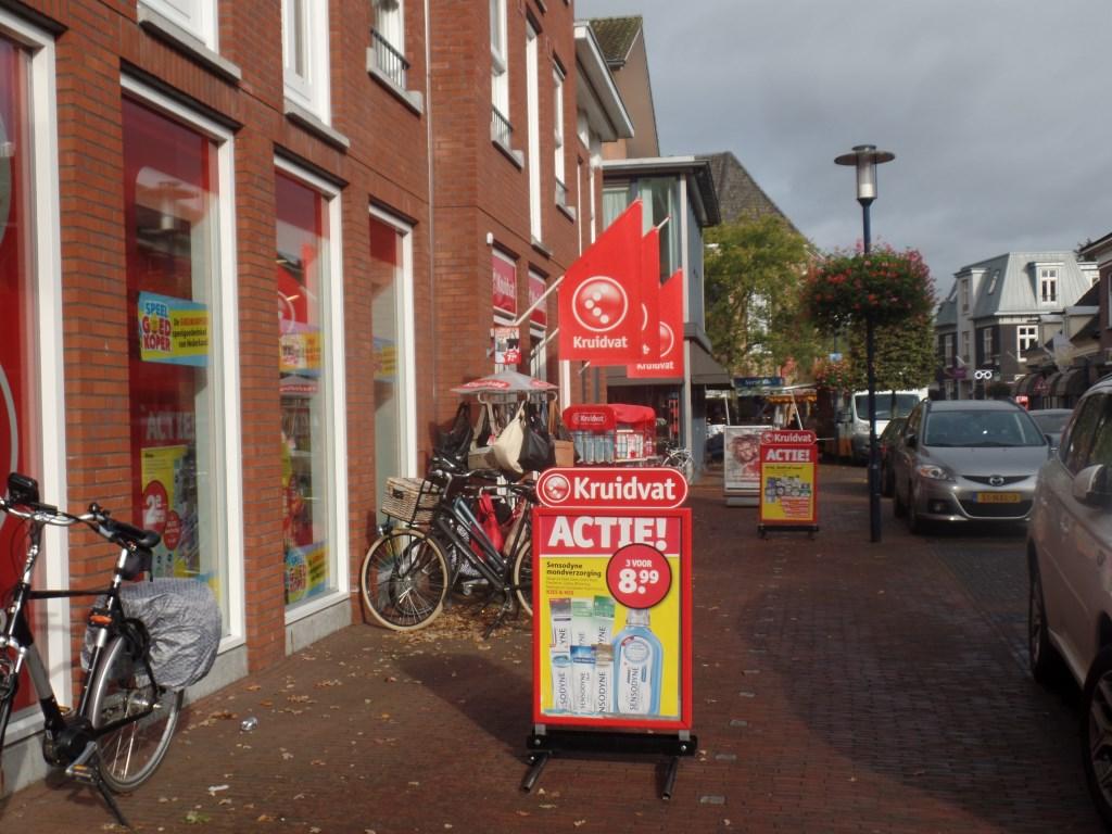 Sommige reclameborden staan netjes binnen de witte blokjes zoals het hoort. Een aantal niet. Foto: Jan Hendriksen  © Achterhoek Nieuws b.v.