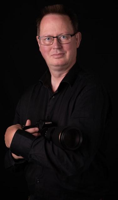 Fotograaf Marcel te Brake, gefotografeerd in de stijl zoals hij ook de ouderen fotografeert. Foto: Liselotte de Koning