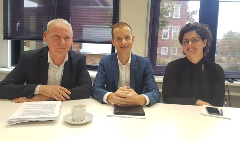 Wethouder Jos Hoenderboom van Oost Gelre, wethouder Jorik Huizinga van Doetinchem en Hanneke Pennings, aanjager Actieplan Achterhoekse jongeren.
