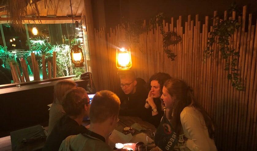 De Youth Battle vorig jaar. Jongeren aan tafel om een idee uit te werken. Foto: PR Euregio
