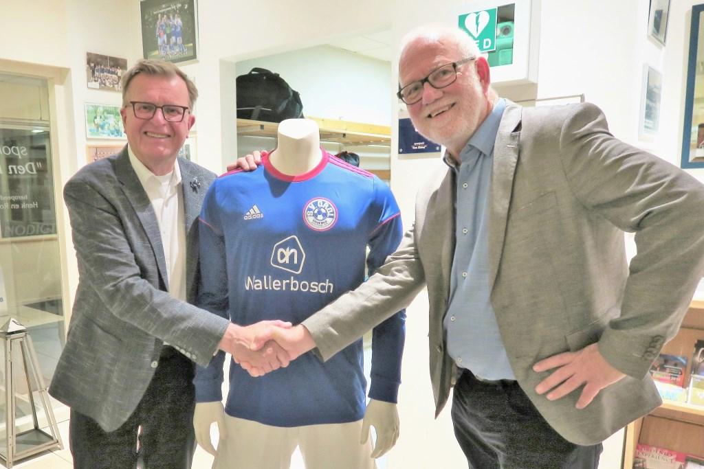 Beide tevreden voorzitters: links Hans Scheinck van Grol en rechts Harry Paf van Grolse Boys. Foto: Theo Huijskesn Grol en   © Achterhoek Nieuws b.v.