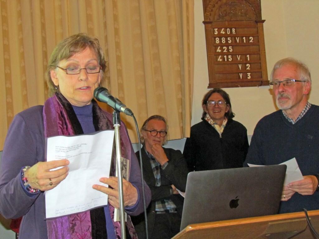 Ina Brethouwer leest het winnende gedicht voor. Foto: PR  © Achterhoek Nieuws b.v.
