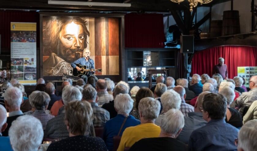 Veel belangstelling voor het optreden van Dick Altena. Foto: Janette van Egten