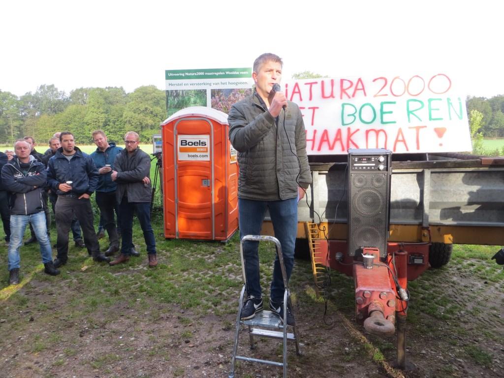 Alfred Scholten spreekt de boeren toe. Foto: Bernhard Harfsterkamp  © Achterhoek Nieuws b.v.