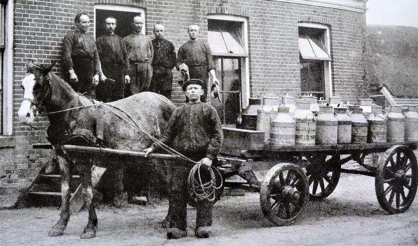 De inname van debussen met melk. Foto: Collectie Bertus ter Weeme