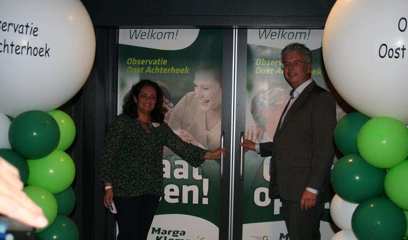 Jaap Brenninkmeijer en Marlies Heetvelt   openen de deuren naar de nieuwe Observatie Oost Achterhoek. Foto: Verona Westera