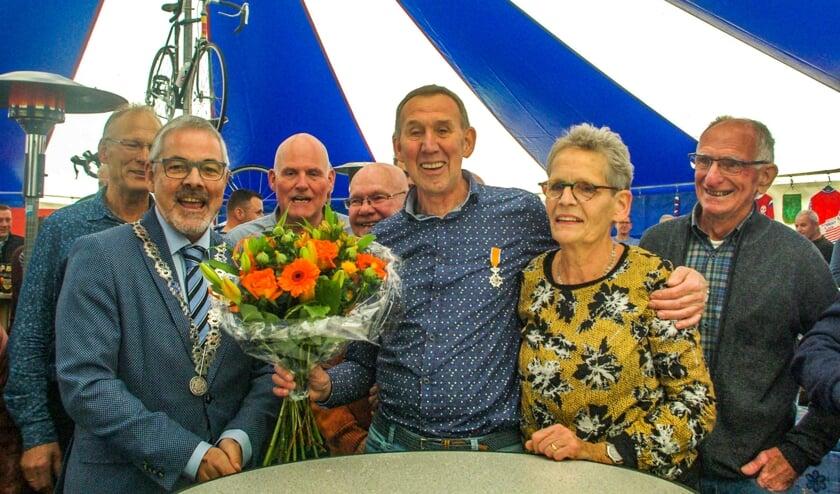 Aart en Hermien Kappert te midden van hun fietsvrienden van Tourclub Zelhem. Foto: Mirjam Rensink