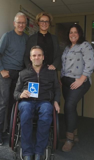Raadslid en rolstoelgebruiker Rudi van de Esschert met de ITS-sticker. Foto: Rob Weeber