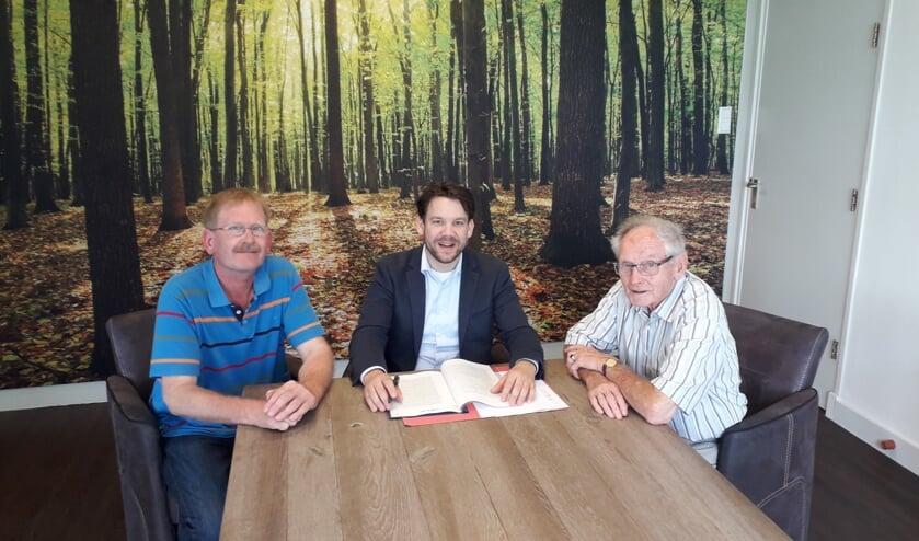 Werkgroepleden Albert Esselink (l) en Johan Saaltink (r) met notaris Jorrit Schotsman (midden) bij de oprichting van de Stichting BoekBarchem. Foto: PR.