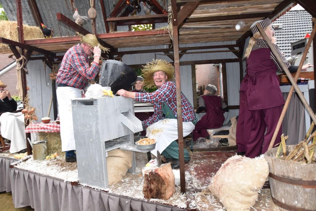 Kipnuggets in de maak. Foto: Alice Rouwhorst  © Achterhoek Nieuws b.v.