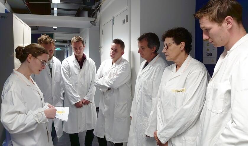 Coby Bats (tweede rechts) was op bezoek in het laboratorium in Utrecht. Foto: PR