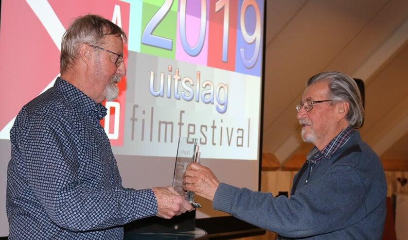 Voorzitter AVO Ruud Calis en filmer Hans Scherjon tijdens het regio AVO filmfestival. Foto: Tonny Jansen