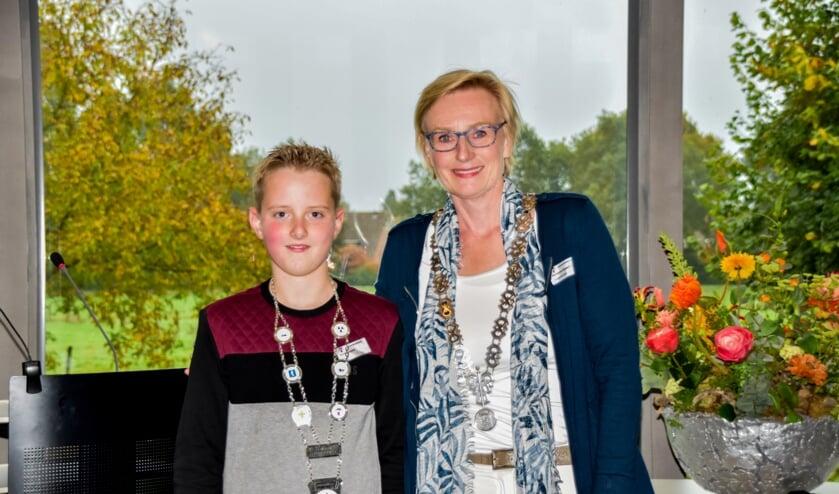 Kjeld Kempers, de nieuwe jeugdburgemeester van de gemeente Bronckhorst samen met zijn collega burgemeester Marianne Besselink. Foto: Alice Rouwhorst