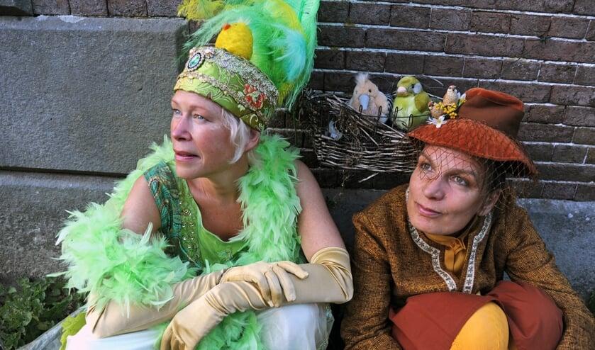 Joséphine Noyons en Helma Snelooper op hetlandgoed Enghuizen. Foto:Lisanne van Bergen
