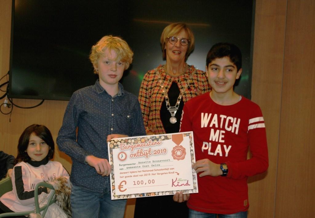De leerlingen kregen namens de burgemeester een mooie cheque aangeboden voor stichting 't Vergeten Kind. Foto: Dinès Quist  © Achterhoek Nieuws b.v.