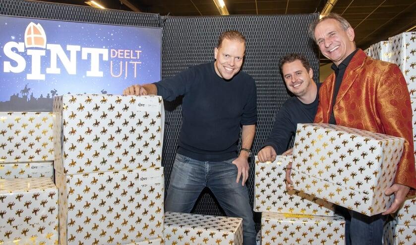 V.l.n.r.: Maarten van Kranenburg en  Patrick van den Brink, oprichters van Stichting Sint Deelt Uit, en Johan Vlemmix. Foto: Willem Feith