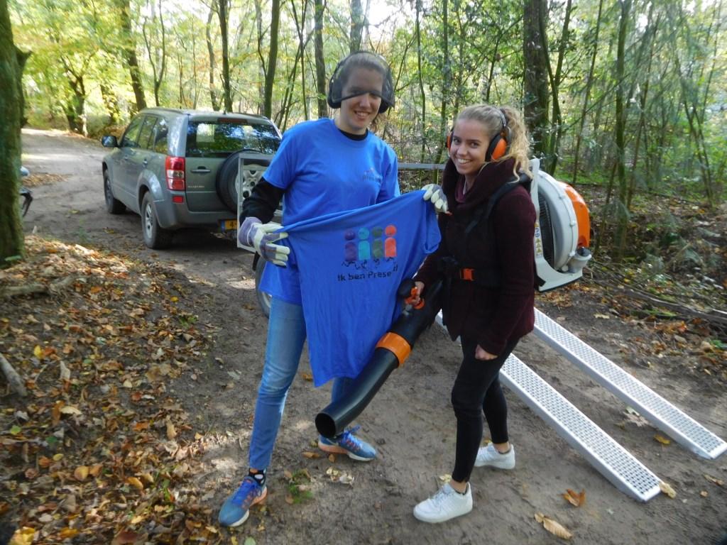 Twee studenten helpen bij het onderhoud van het Oase kampeerterrein. Foto: Present Bronckhorst  © Achterhoek Nieuws b.v.