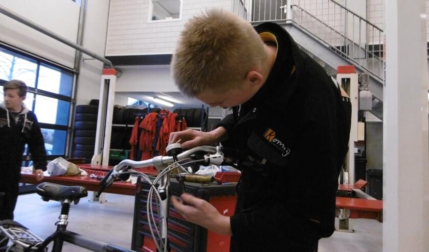 De leerlingen controleren en repareren de fietsen. Foto: Tonnie Voortman