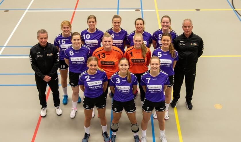 Dames 1 van handbalvereniging Grol in hun nieuwe tenue.