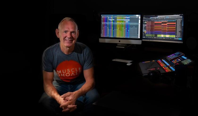 Leo Teunissen in de controlroom van de Leo at Live Studio. Foto: Maike den Houting