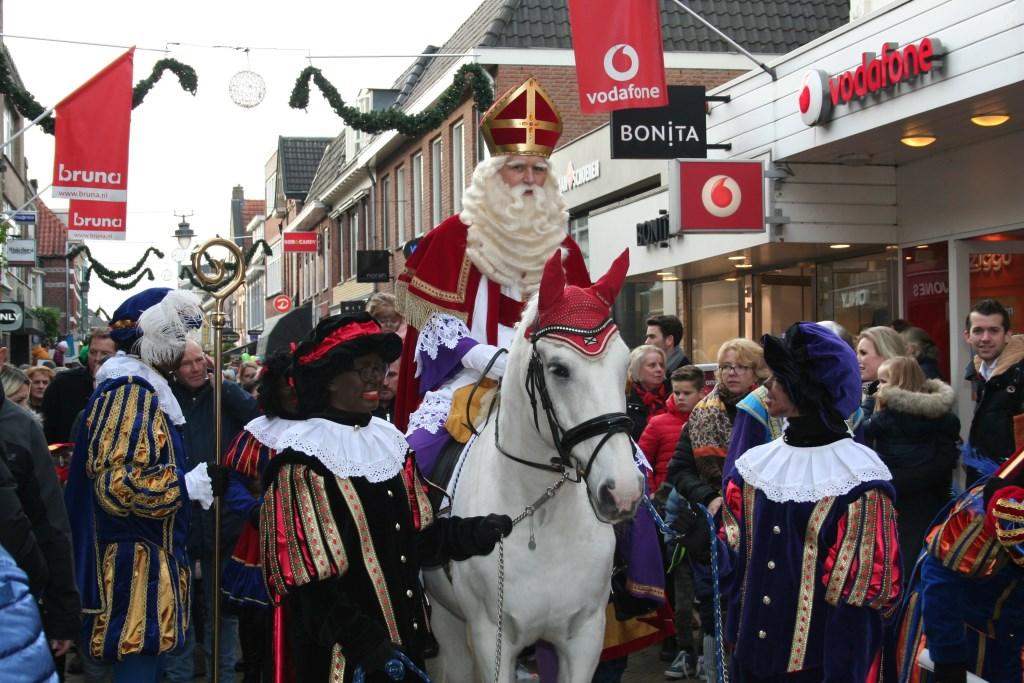 Sinterklaas kwam zaterdag meteen na aankomst in Apeldoorn met de trein naar Sinterswijk. Foto: Verona Westera  © Achterhoek Nieuws b.v.