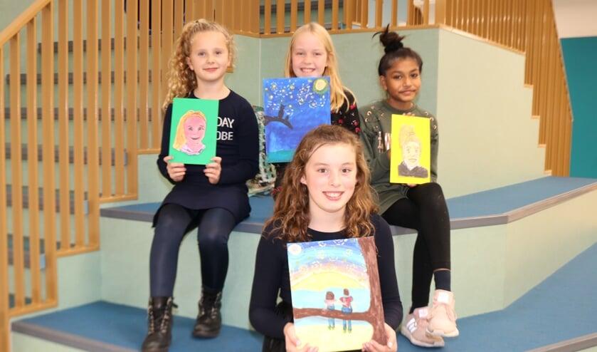Valerie, Judith, Shayenne en Nina laten trots hun werk zien. Foto: Arjen Dieperink