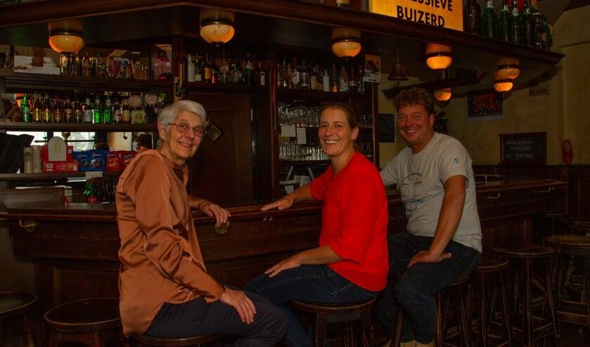 Hannie draagt Eetcafé de Veldhoek over aan Ellis en Don. Foto: Liesbeth Spaansen