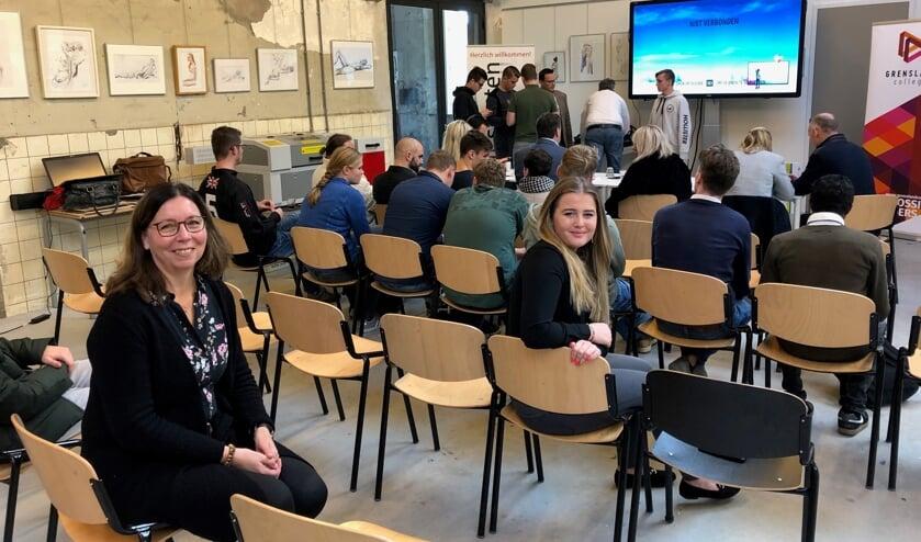 De jongeren op hun laatste dag: ze zijn in afwachting van hun presentaties. Op de voorgrond buddy Monique Schleicher en deelneemster Jenay Topp. Foto: Miriam Szalata