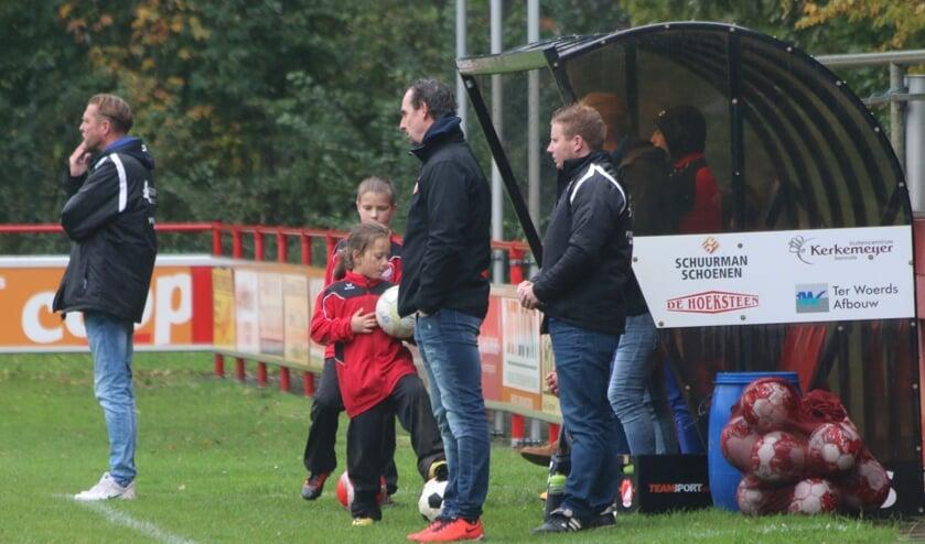 Peter Jansen (uiterst links) langs de lijn bij een wedstrijd. Foto: Jaime Lebbink