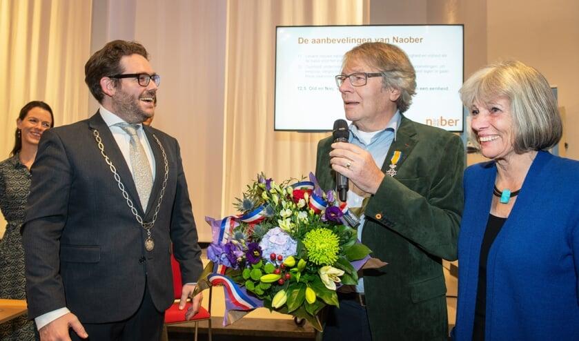 De heer Arie Ribbers (m) ontving de Koninklijke Onderscheiding uit handen van burgemeester Sebastiaan van 't Erve. Foto: Ingrid Sweers