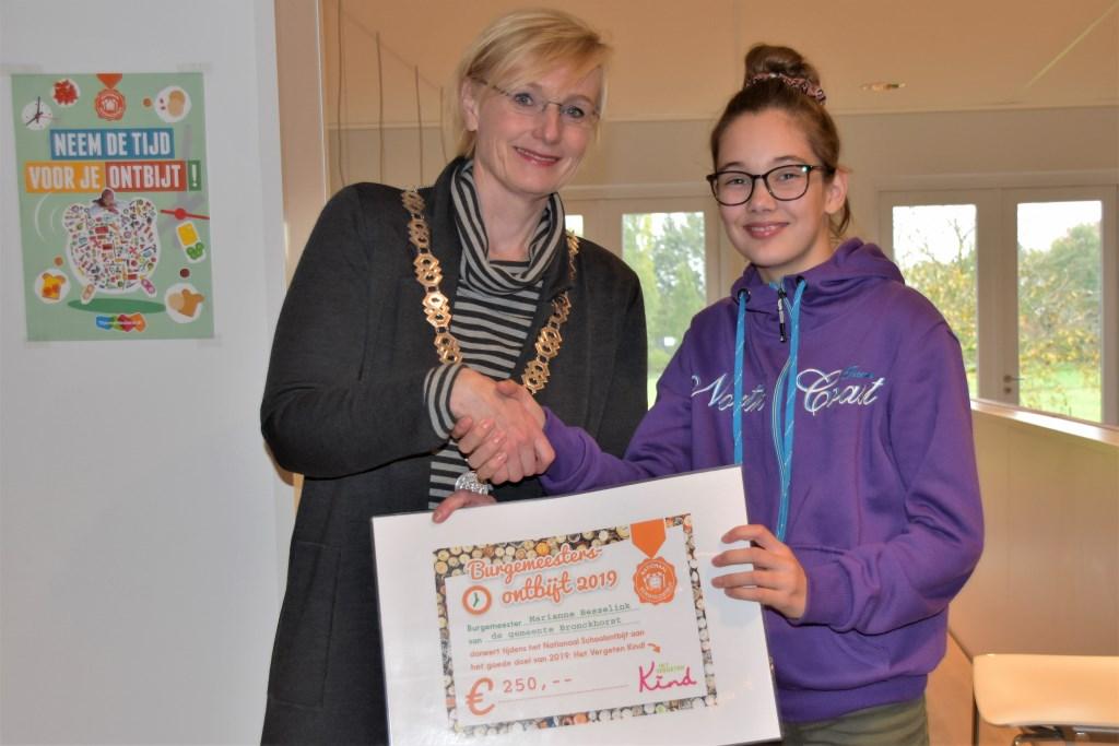 Levi Ribbink ontvangt de cheque voor Stichting Het Vergeten Kind uit handen van burgemeester Besselink. Foto: Alice Rouwhorst  © Achterhoek Nieuws b.v.