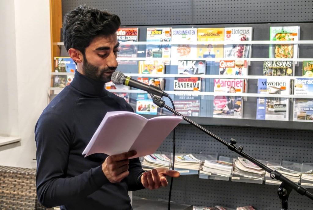 Anwar Manlasadoon las woensdagavond in de Hengelose bibliotheek een aantal van zijn columns voor. Foto: Luuk Stam  © Achterhoek Nieuws b.v.