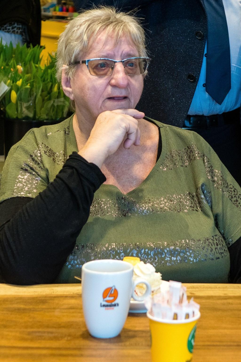 Tante Rikie aan de Leussink koffie met gebak. Foto: Marcel te Brake Foto: M. te Brake © Achterhoek Nieuws b.v.