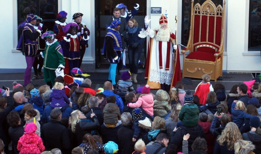 Sint Nicolaas wordt welkom geheten op het bordes van het gemeentehuis. Foto: PR