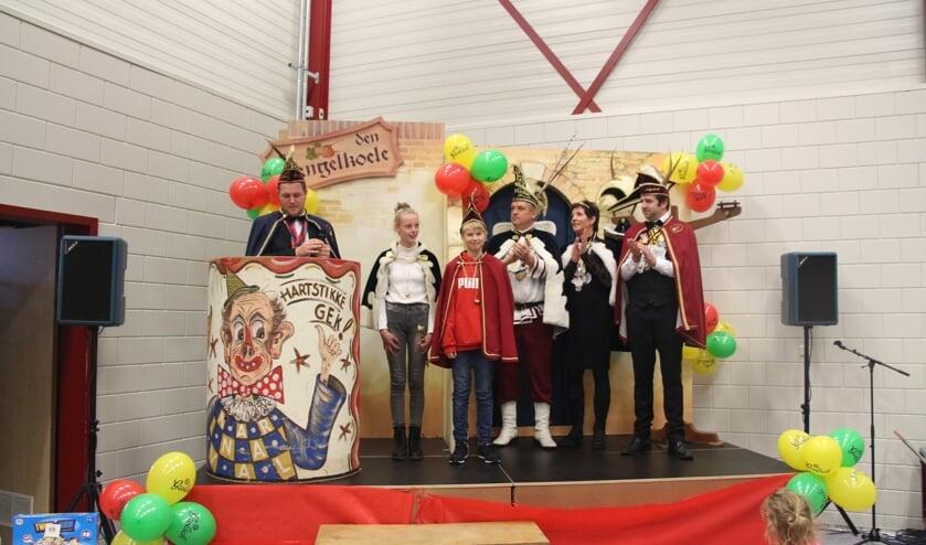 Prinses Famke Adema (met kroon) en Adjudante Sophie Domhof regeren het komende carnavalsjaar over de Zandbieters.