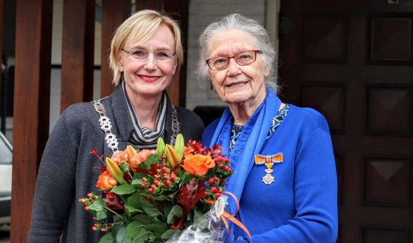 Op haar 85ste verjaardag ontving Riet Niesink-Schennink uit Keijenborg woensdagmiddag een koninklijke onderscheiding. Foto: Luuk Stam