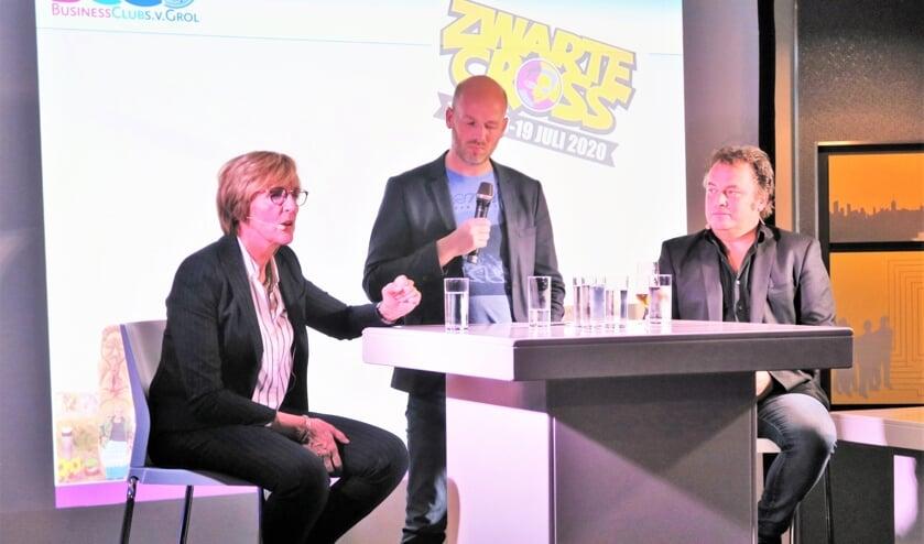 Burgemeester Annette Bronsvoort (links) en Ronnie Degen (rechts) aan het woord over de Zwarte Cross. Foto: Theo Huijskes