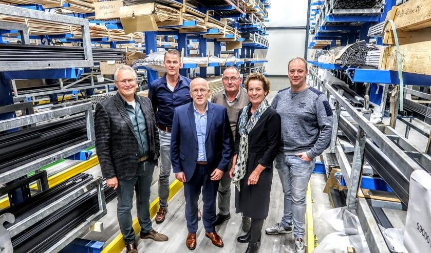 Het nieuw gevormde bestuur met v.l.n.r. ondernemers Arno Gesink, Han Schut, Jack van Aalst, Cor Dales en Marcel Janssen. Projectmanager Carla Niezen-Sonneveld (tweede van rechts) heeft een ondersteunende rol. Foto: Luuk Stam