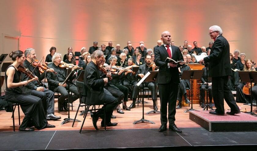Dirigent Emile Engel (rechts) en het orkest La Sopresa tijdens de uitvoering van Bachs Hohe Messe. Op de voorgrond solist Kaspar Krönen. Foto: Guido Bogert Fotografie