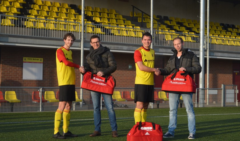 De overhandiging van de nieuwe tassen. Foto: PR