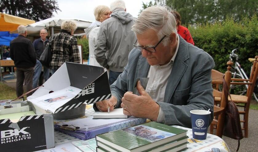 Geert Holterveld signeert zijn streekroman 'Peerdevolk' tijdens de Broodweging. Foto: Liesbeth Spaansen