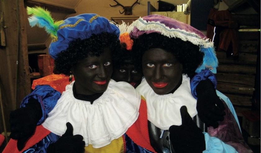 Zwarte Pieten helpen graag bij de doe-middag bij Welkoop. Foto: Hans Wonink