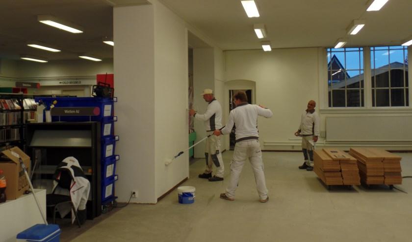 Er wordt deze week nog druk gewerkt aan de herinrichting van de Ruurlose bibliotheek. Foto: Jan Hendriksen.