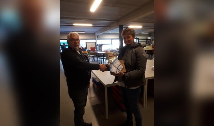 De overhandiging van de waardecheques. Foto: PR Voedselbank Oost-Achterhoek