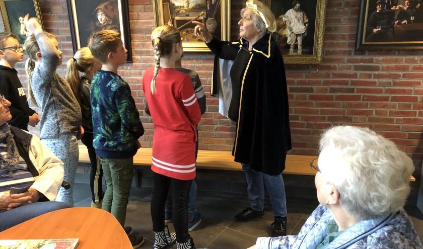 Rembrandt geeft zelf les aan de kinderen. Foto: PR