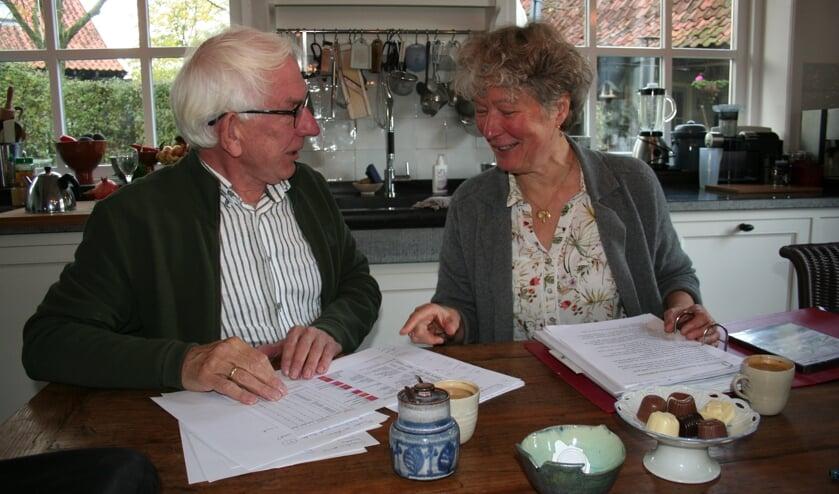 Gerard Oxener en Joanne Ellenkamp zijn bezig met de voorbereidingen voor het concert van 15 februari. Foto: Verona Westera
