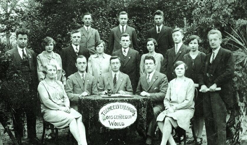 Oprichting Ons Genoegen Woold  9 november 1923; 'Rooks Chris' Huiskamp is de jonge man in het midden op de achterste rij. Foto: Eigen foto
