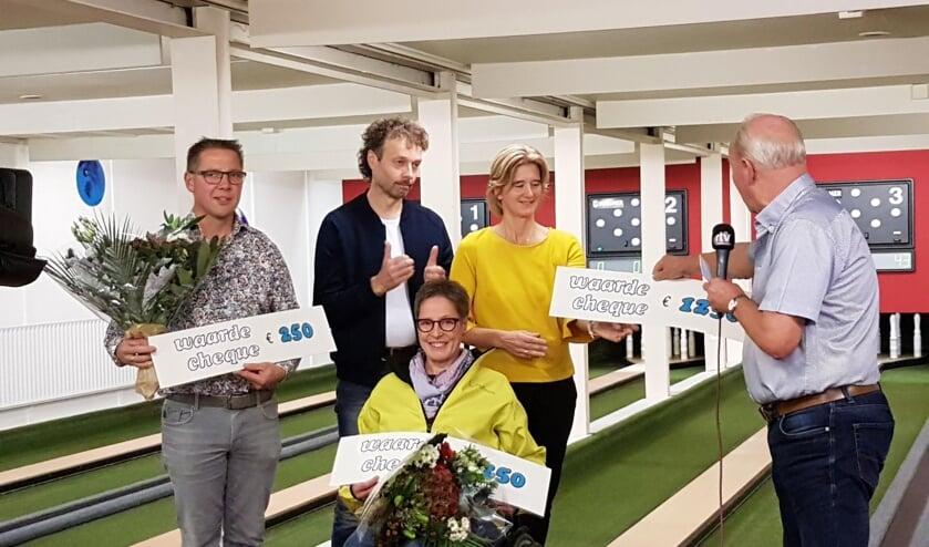 Gerrit Hendriksen reikt de cheques uit. Foto: PR