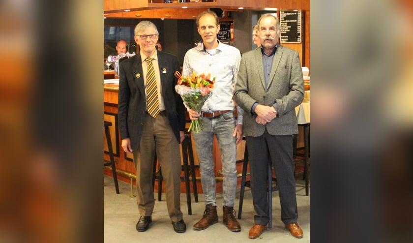 V.l.n.r.: De jubilarissen Bennie Horsting, Robert Ellenkamp en secretaris en hoofdbestuurslid Sjaak van Bennekom van de Nederlandse Bond van Vogelliefhebbers. Foto: PR.