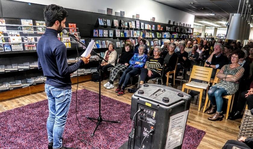 Anwar Manlasadoon las woensdagavond in de Hengelose bibliotheek een aantal van zijn columns voor. Foto: Luuk Stam